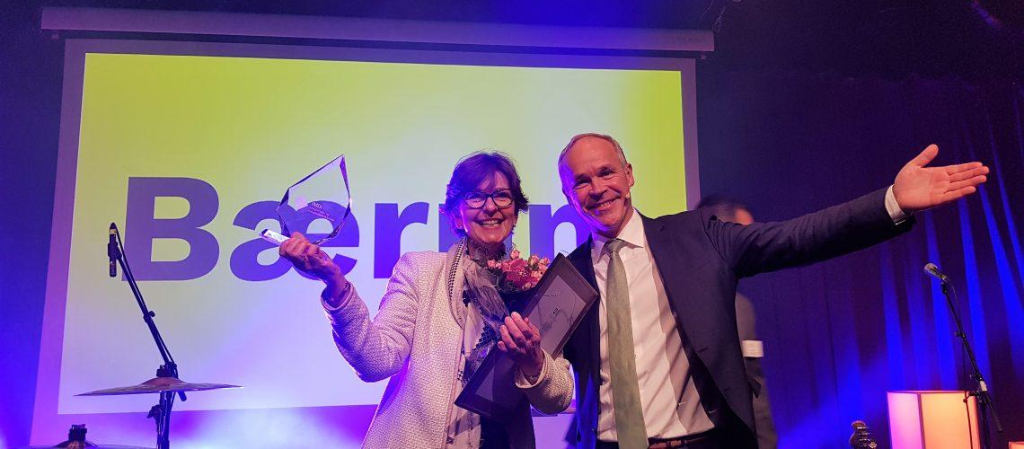 Bærums ordfører Lisbet Hammer Krog mottar prisen fra statsråd Jan Tore Sanner
